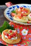 Chałupa sera kremowi tarts z jagodami i owoc Zdjęcia Royalty Free