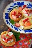 Chałupa sera kremowi tarts z jagodami i owoc Obraz Royalty Free