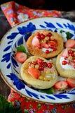 Chałupa sera kremowi tarts z jagodami i owoc Zdjęcia Stock