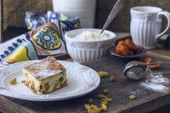 Chałupa sera potrawka z rodzynkami i wysuszonymi morelami Zdjęcie Stock