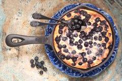 Chałupa sera potrawki Cheesecake z czarnymi jagodami w niecce Odgórny widok obrazy royalty free