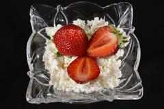 Chałupy truskawka w krystalicznym talerzu i ser Zdjęcie Royalty Free