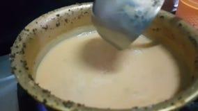 Chaaye ou chaai, thé pakistanais traditionnel de lait est préparé banque de vidéos