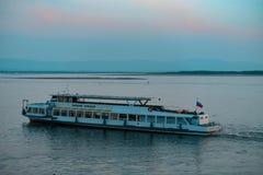 Chabarovsk, Russia - maggio, 17, 2019: Tramonto sull'argine del fiume Amur Nave passeggeri sul fiume Amur durante il tramonto fotografia stock libera da diritti