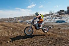 Chabarovsk, Russia - 22 marzo 2014: Giri di estremo del motociclo di enduro Fotografia Stock Libera da Diritti