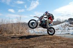 Chabarovsk, Russia - 22 marzo 2014: Giri di estremo del motociclo di enduro Immagini Stock Libere da Diritti