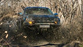Chabarovsk, Russia - 20 ottobre 2016: Il rapace SUV di Ford F150 è sulla strada che guida sulla sporcizia Immagine Stock