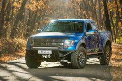 Chabarovsk, Russia - 20 ottobre 2016: Il rapace SUV di Ford F150 è sulla strada che guida sulla sporcizia Immagine Stock Libera da Diritti