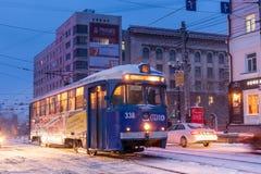CHABAROWSK, RUSSLAND - 14. JANUAR 2017: Alte Tram in der Straße von Lizenzfreie Stockbilder