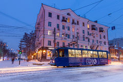 CHABAROWSK, RUSSLAND - 14. JANUAR 2017: Blaue Tram in der Straße O Lizenzfreie Stockfotos