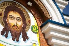 CHABAROWSK, RUSSLAND - 23. JULI 2014: Zeitgenössische Jesus Christ-Steinmosaikikone auf einer orthodoxen Kirche Stockfoto