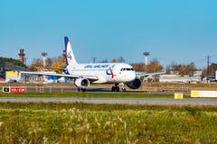 CHABAROWSK, RUSSLAND - 29. SEPTEMBER 2018: Airbus A320 VP-BBQ Ural Airlines, das für mit einem Taxi fährt, entfernen sich bei int lizenzfreies stockfoto