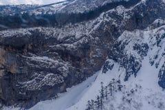 Chabeta smoka Śnieżny widok górski od wagonu kolei linowej Zdjęcie Stock