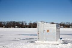 Chabola del hielo en un lago congelado Fotos de archivo