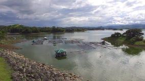 Chabola flotante, jaulas de los pescados empleadas el depósito eléctrico hidráulico de la presa del lago metrajes