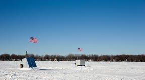 Chabolas del hielo en el lago congelado con las banderas americanas Imagenes de archivo