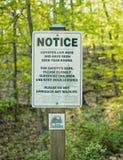 Chacais do sinal de aviso nos subúrbios Fotos de Stock