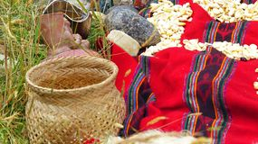 Chacana - gammal infödd ritual i vördnad till Pachamama Mather Earth royaltyfri foto