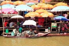 CHACHOENGSAO泰国- May8小船卖她的食物的面条卖主在码头在Nakorn Neangket古老浮动市场上在May8,2011我 免版税库存图片