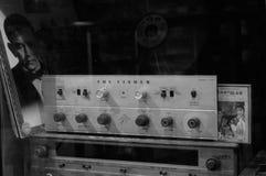 Chachoengsao,泰国- 2010年10月, 16 :老音乐播放器收藏,泰国 黑白水平的图象 免版税库存图片