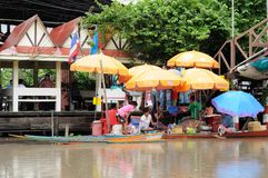 Chachoengsao,泰国- 2010年10月, 16 :葡萄酒商务浮动市场在Chachoengsao,泰国,上色水平的图象 库存照片