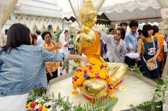 沐浴菩萨雕象在Songkran天 库存照片