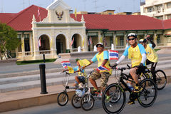 Chachoengsao, ΤΑΪΛΑΝΔΗ - 11 Δεκεμβρίου 2015: Πολλοί άνθρωποι που σε περίπτωση το ΠΟΔΗΛΑΤΟ ΓΙΑ το DAD στο chachoengsao, Ταϊλάνδη Στοκ Εικόνες