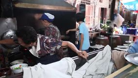 CHACHOENGSAO, TAILÂNDIA 4 DE JULHO DE 2012: Alimentos da rua do mercado das pessoas de 100 anos de Klong Suan em Chachoengsao em  vídeos de arquivo