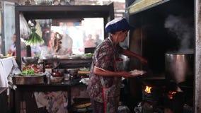 CHACHOENGSAO, TAILÂNDIA 4 DE JULHO DE 2012: Alimentos da rua do mercado das pessoas de 100 anos de Klong Suan em Chachoengsao em  video estoque