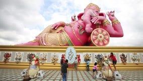 CHACHOENGSAO, TAILÂNDIA 4 DE JULHO DE 2012: Ganesha em Wat Saman Rattanaram em Chachoengsao, Tailândia, templo de Saman Rattanara vídeos de arquivo