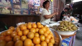 CHACHOENGSAO, TAILÂNDIA 4 DE JULHO DE 2012: Os frutos conservados são alimentos da rua do mercado das pessoas de 100 anos de Klon filme
