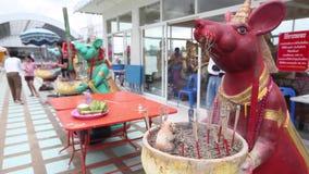 CHACHOENGSAO, TAILÂNDIA 4 DE JULHO DE 2012: queimador de incenso do rato em Wat Saman Rattanaram em Chachoengsao, Tailândia, Sama vídeos de arquivo