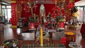 CHACHOENGSAO, TAILÂNDIA 4 DE JULHO DE 2012: Yin de Guan em Wat Saman Rattanaram em Chachoengsao, Tailândia, templo de Saman Ratta vídeos de arquivo