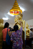 Chachoengsao, Tailandia - 7 de agosto de 2010: El budista puso la hoja de oro sobre Buda en el templo de Sothorn Imagenes de archivo