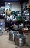 Chachoengsao, Tailandia - 7 de agosto de 2010: Hombre que hace fluir el pote Imagen de archivo