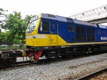 CHACHOENGSAO, TAILANDIA - 8 DE AGOSTO DE 2018: Ferrocarril de llegada del empalme de Chachoengsao de los trenes tailandeses Foto de archivo