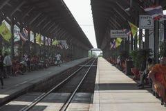CHACHOENGSAO, TAILANDIA - 13 DE MARZO DE 2016: Muchos pasajeros que esperan el tren Fotografía de archivo libre de regalías