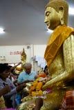 Chachoengsao, Thailand - 7. August 2010: Buddhisten zahlen Respekt zu Buddha an Sothorn-Tempel Stockfotos