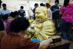 Chachoengsao, Thailand - 7. August 2010: Buddhisten zahlen Respekt zu Buddha an Sothorn-Tempel Lizenzfreie Stockbilder