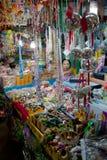 Chachoengsao Thailand - Augusti 7, 2010: Kristallkulamobiler och den prydde med pärlor mobilen som säljer på souvenir, shoppar royaltyfria foton