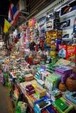 Chachoengsao Thailand - Augusti 7, 2010: Leksaken shoppar på Klongsuan 100 år marknad Arkivbild
