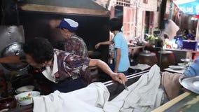 CHACHOENGSAO THAILAND JULI 4, 2012: Gatafoods av Klong Suan 100 den åriga marknaden i Chachoengsao på Thailand lager videofilmer