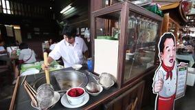 CHACHOENGSAO, THAILAND 4 JULI, 2012: Straatvoedsel van Klong Suan 100 Éénjarigenmarkt in Chachoengsao in Thailand stock videobeelden