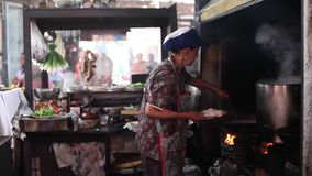 CHACHOENGSAO, THAILAND 4 JULI, 2012: Straatvoedsel van Klong Suan 100 Éénjarigenmarkt in Chachoengsao in Thailand stock video