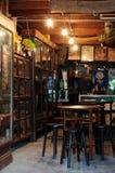Chachoengsao Thailand - Oktober, 16 2010: Traditionell marknad för gammal lagerinsida i Chachoengsao, Thailand Färghorisontalbild royaltyfri fotografi