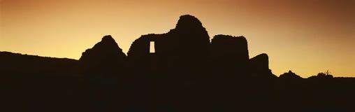 Chaco峡谷在日落,西北NM的印地安人废墟全景  免版税库存照片