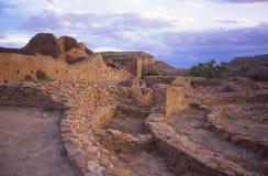 Chaco Schlucht-Ruinen mit dem Sturm-Nähern Stockfotos