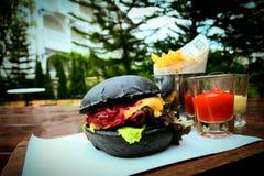 Chacoal francuza i hamburgeru dłoniaki zdjęcia royalty free