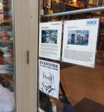 Chacun est bienvenu ici, signe de fenêtre favorisant la diversité comprenant des musulmans, l'Islam, NYC, Etats-Unis Image stock