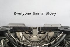 Chacun a une histoire, dactylographiée des mots sur une machine à écrire de vintage image libre de droits